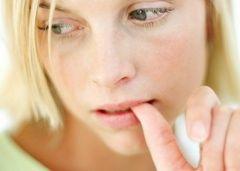 Стресс может вызвать появление пятен на коже