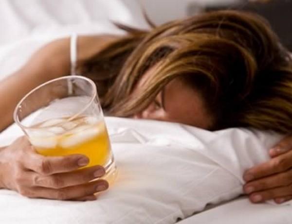 Алкоголь перед сном лучше не употреблять