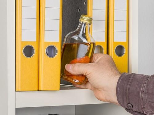 Гражданам с алкогольной или наркотической зависимостью придется выбирать между увольнением с работы и лечением