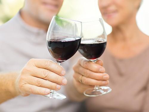 Алкоголь в умеренных дозах полезен для пациентов с болезнью Альцгеймера