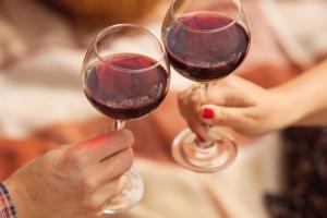 Женщины стали употреблять спиртного не меньше мужчин