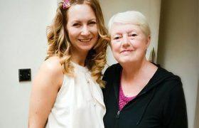 Благодаря деменции и болезни Альцгеймера пожилая британка всегда счастлива