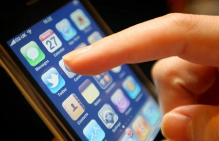 Использование смартфона перед сном вредно и опасно для ребенка
