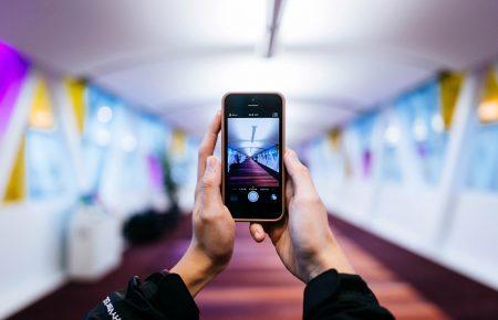 Ученые выяснили, что смартфоны развивают у детей косоглазие