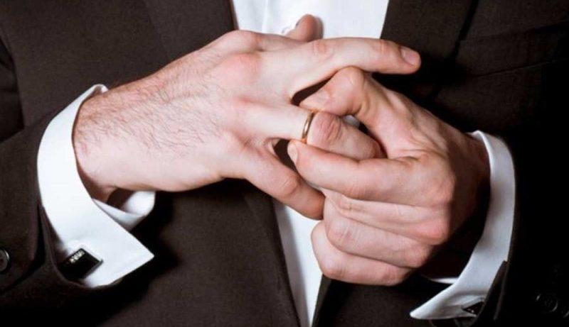 Ученые рассказали, чем опасны обручальные кольца для мужчин