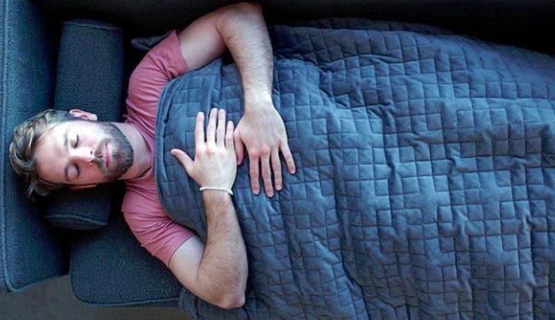 Тяжелое одеяло поможет быстро победить бессонницу