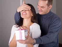 Хитрости, которые заставят мужчину дарить подарки: 5 приемо