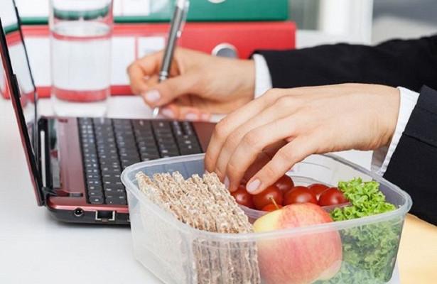 Работаем ихудеем: 4правила, которые надо соблюдать наработе, чтобы похудеть