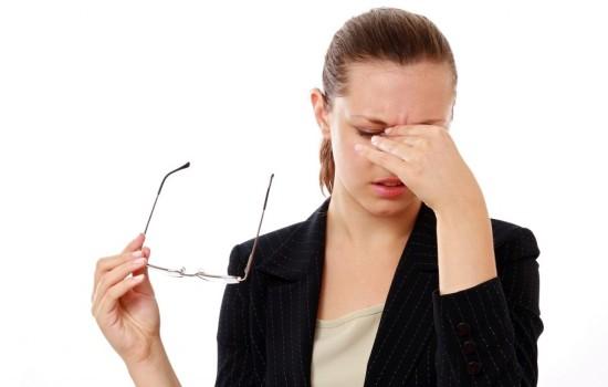 Почему болят голова и глаза одновременно: причин много, говорят врачи