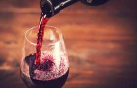 Компонент красного вина спасет от депрессии и тревожности