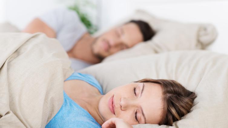 Мокрая подушка: почему текут слюни во время сна