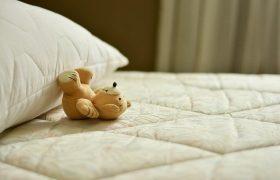 Медики объяснили, кому полезно спать без подушки