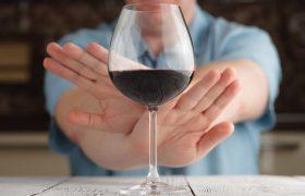 Названы основные симптомы отравления алкоголя